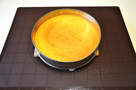 Ждем, пока торт остынет, аккуратно извлекаем из формы.