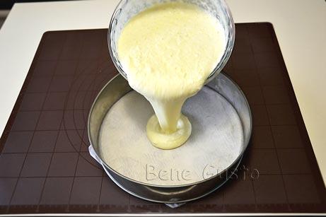 Дно выстилаем пергаментом или смазываем немного сливочным маслом и выливаем тесто