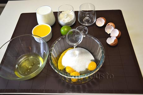 В желтки добавляем сахар, ванильный сахар и столовую ложку холодной воды.