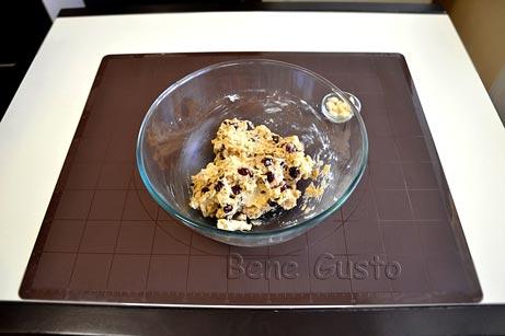 Все ингредиенты хорошо перемешиваем, добавляем в тесто вяленую вишню и шоколад.