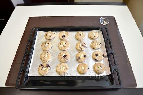 Из теста формируем шарики и прижимаем их в ладошках, формируя круглую печенье из овсянки
