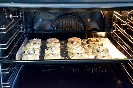 Выпекаем овсяное печенье из геркулеса при температуре 180°C в течение 25-30 минут