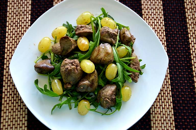 салат с куриной печенью и виноградом