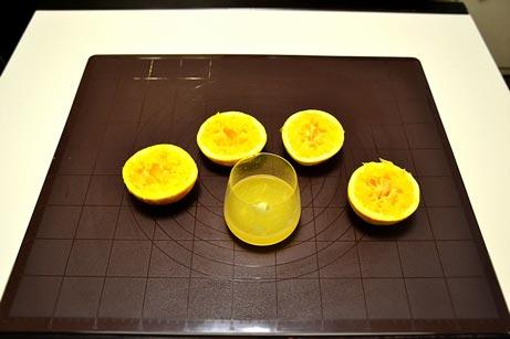 Из двух апельсинов выдавливаем сок