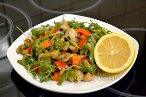 Теплый салат с грибами жареными и спаржевой фасолью