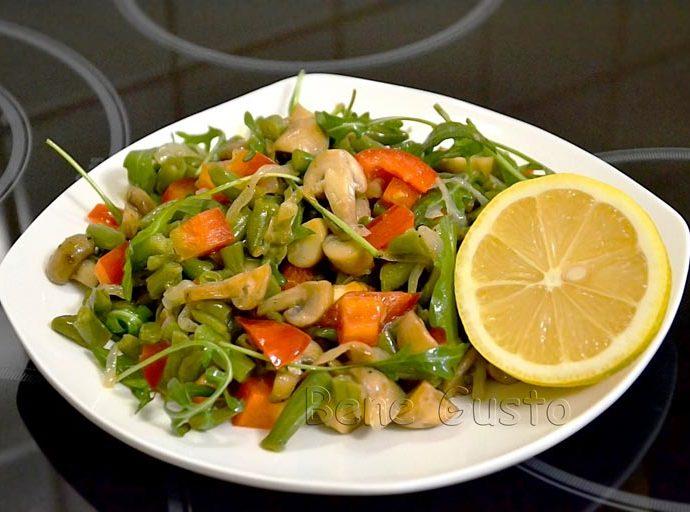 Теплый салат с грибами и спаржей