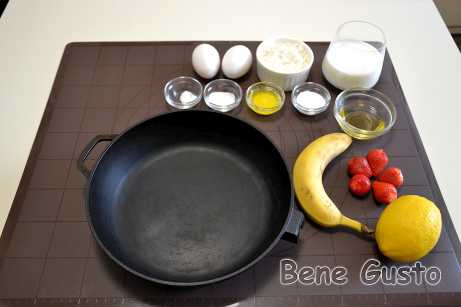 Сковороду ставимо в розігріту до 220°C духовку, щоб вона розжарилася.