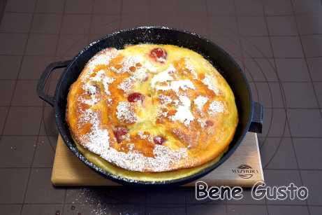 Готовий dutch pancake поливаємо розтопленим вершковим маслом, скроплюємо лимонним соком і посипаємо цукровою пудрою.