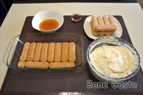 На первый слой печенья Савоярдивыкладываем половину крема