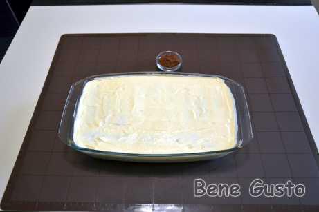 Верх торта Тирамису можно выровнять лопаткой или сделать фигурные пики из крема