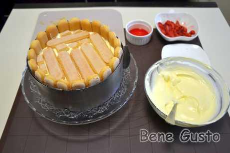 Укладываем печенье Савоярди и повторяем процедуру с клубникой и кремом маскарпоне