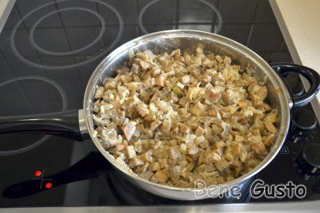 Когда лук начнет золотиться, закладываем в сковороду баклажаны