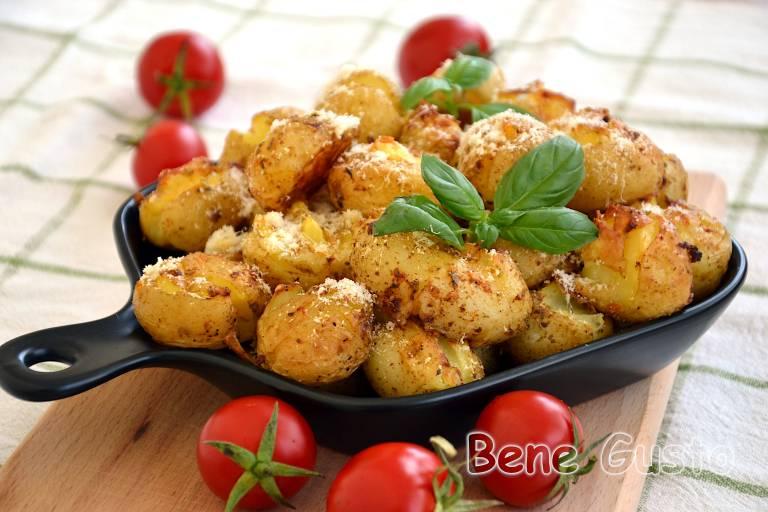 Хрустка молода картопля в духовці
