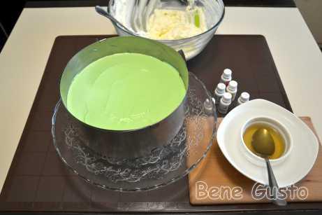 В порцию крема добавляем краситель нужного цвета и хорошо размешиваем.