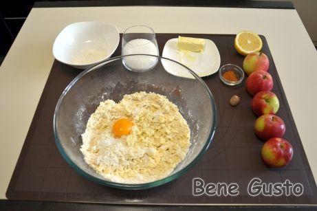 До вершкової крихти додаємо 30 мл води, дрібку солі та яєчний жовток, 3 ст. ложки цукру й 180 г вершкового масла.