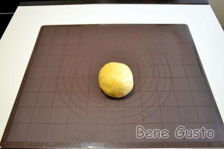 Готовое тесто на яблочный пирог кладем в холодильник минимум на час.