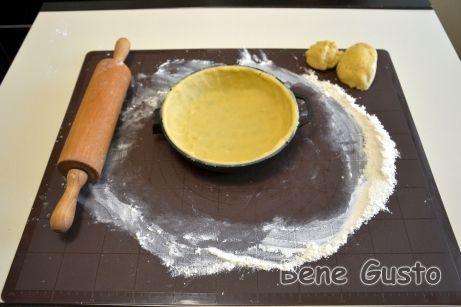 Одну часть теста укладываем на дно огнеупорной формы, в которой будем выпекать пирог.