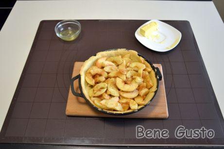 Яблоки моем, очищаем от кожуры и режем ломтиками толщиной примерно 3-4 мм.