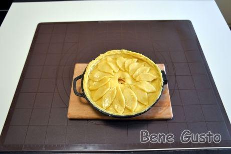 На пропечену основу викладаємо начинку і накриваємо пиріг другим шаром тіста, защипуємо краї та обрізаємо зайве.