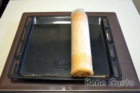 Готовый еще горячий бисквит скручиваем в рулет вместе с пергаментом и оставляем остывать.