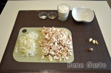 Для соуса нарезаем лук и шампиньоны