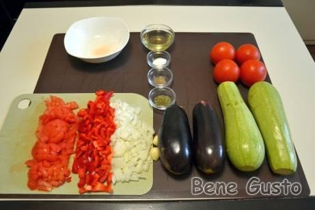 Репчатый лук, сладкий перец и два помидора нарезаем кубиками.