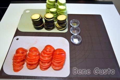 Теперь нарезаем овощи кружочками толщиной 4-5 миллиметров.