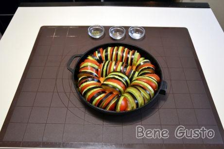 На дно огнеупорной формы выкладываем соус, а затем укладываем овощи, чередуя кабачок, помидор и баклажан.