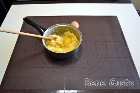 В остывшее тесто вбиваем по одному яйцу и хорошо вымешиваем.