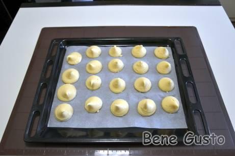 Заварное тесто готово, перекладываем в кондитерский мешок и отсаживаем на противень.