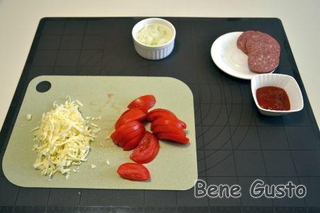 Нарезаем продукты для начинки на быструю пиццу