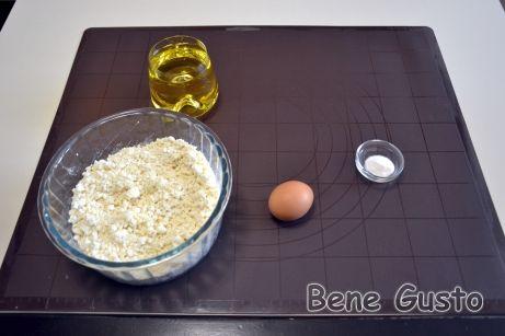 В миске смешиваем творог, сахар, муку, ванильный сахар и соль. Вбиваем яйцо и добавляем соду.