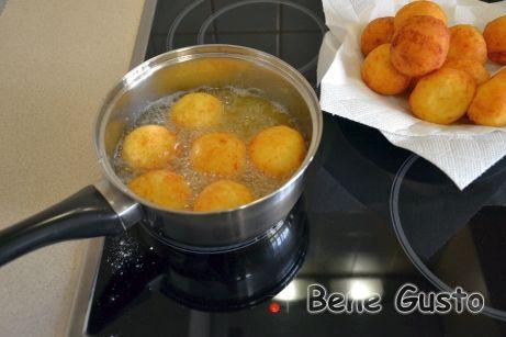 Обжариваем творожные шарики во фритюре до золотистого цвета.