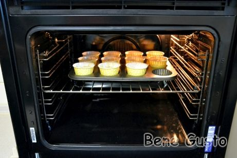 Выпекать творожные кексы 20-30 минут при 180°С