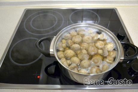 Грибы складываем в кастрюлю, заливаем холодной водой и отвариваем в течение 15 минут.