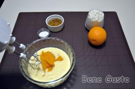 Взбиваем в светлую пену яйца, сахар и соль. Добавляем растительное масло, тыквенное пюре и хорошо перемешиваем.
