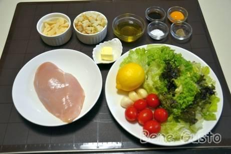 Інгредієнти на салата Цезар з куркою та сухариками