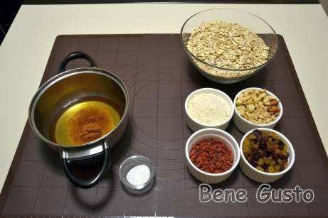 В сотейнике смешиваем яблочный сок, масло, мед и корицу. Подогреваем на медленном огне.