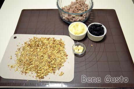 Орехи поджариваем на сухой сковороде и измельчаем