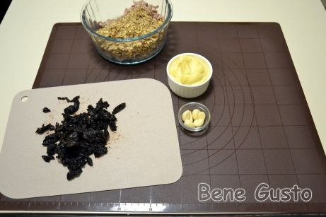 Чернослив обдаем кипятком, просушиваем и мелко нарезаем.