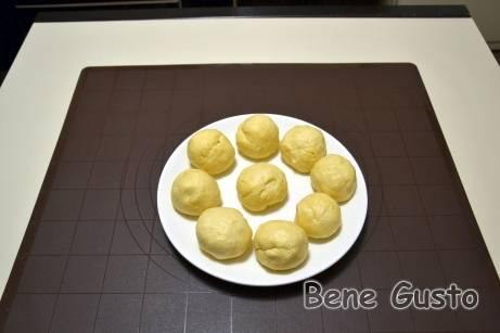 Делим тесто на 10 равных частей, скатываем шариками, накрываем пищевой пленкой и убираем в холодильник на час