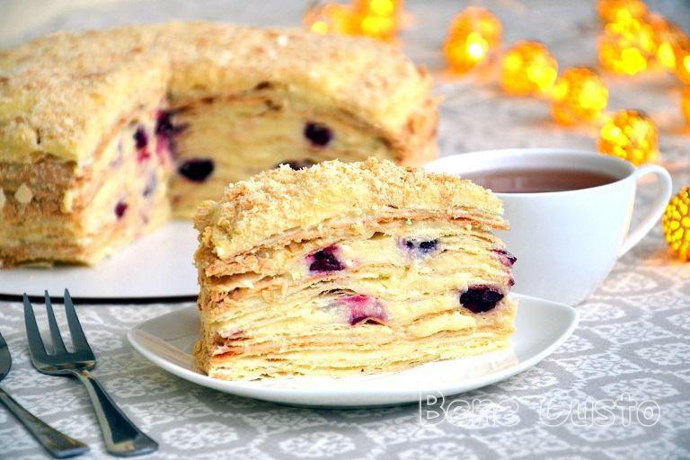 Торт Наполеон із заварним кремом і вишнею