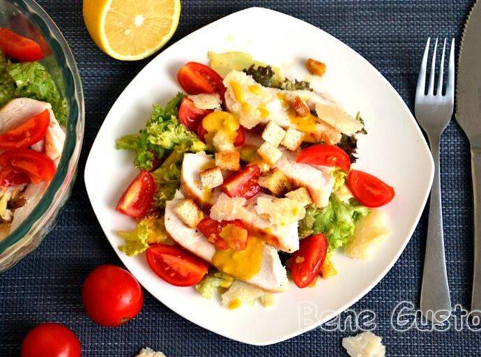 Салат «Цезарь» с курицей и хрустящими сухариками