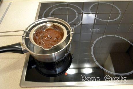 Розтоплюємо шоколад на водяній бані для глазурі