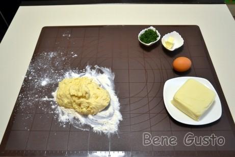 Просеиваем муку, добавляем соду и замешиваем тесто на хачапури