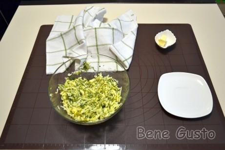 Для приготовления начинки сыр натираем на крупной терке, добавляем яйцо и мелко порубленную зелень.