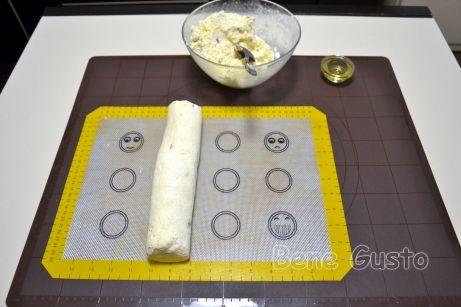 Тесто на сырники выкладываем на стол или силиконовый коврик и формируем колбаску.