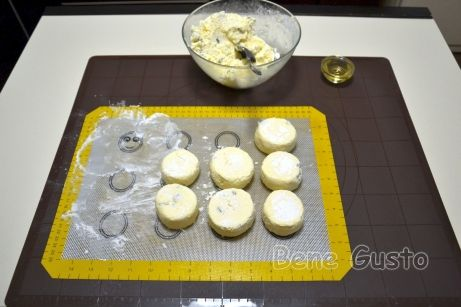 Разрезаем готовую колбаску на равные отрезки по 4-5 сантиметров.