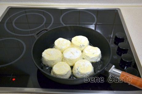Жарим сырники с двух сторон на растительном масле.