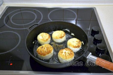 При желании сырники можно подрумянить на сковороде и отправить на 10-15 минут в разогретую до 180°C духовку.